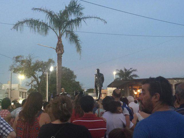Militantes y vecinos autoconvocados se acercaron a la esquina de Alem y Echague a presenciar el descubrimiento del monumento al expresidente