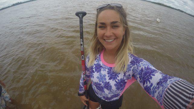 En una mañana nubla, Juliette sonríe en la selfie que se sacó en la tabla sobre el Paraná.
