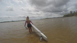 Entrando al río Paraná en la playa del municipal.