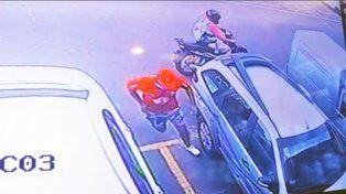 Quedó registrado en una cámara cómo asaltan a una mujer en el estacionamiento de un hipermercado
