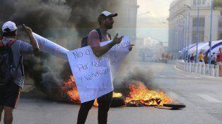 Vendedores ambulantes cortan la calle y piden un lugar para trabajar durante las Fiestas