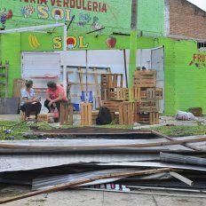 Sin Techo. La verdulería ubicada en calla Provincias Unidas y Artigas se quedó sin techo. La estructura debajo de la cual funcionaba el comercio fue arrancado de cuajo por el viento.