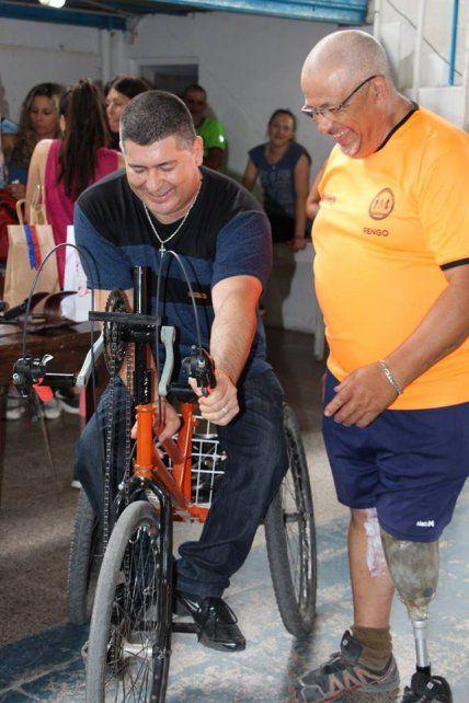 Hugo Horts fabricó una bici adaptada y se la donó a un ciclista de fierro