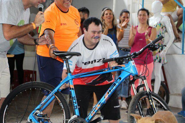 Mariano Jesús, donó las llantas, y al final del Cicloturismo se ganó una bicicleta.