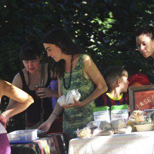 Silvia La Rusa Salomone, Fernanda Álvarez y Majo en el puesto del almacén agroecológico La Semillera.