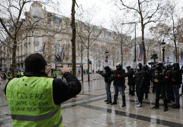 Los chalecos amarillos volvieron a desafiar el liderazgo de Macron