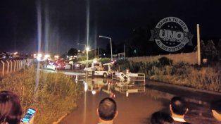 Una camioneta con una familia a bordo cayó en un pozo