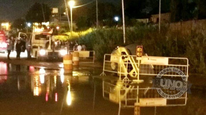 Una camioneta con una familia a bordo cayó en un pozo, en calle Rondeau