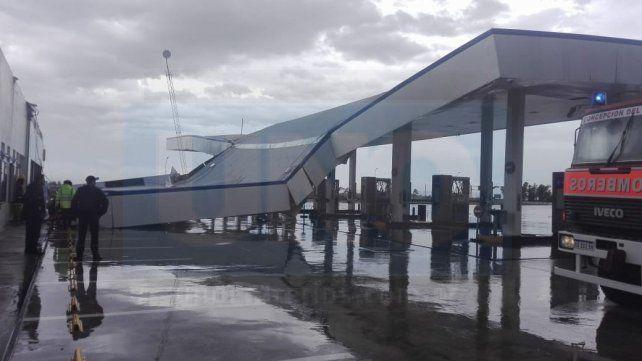 VIDEO: En Concepción del Uruguay la tormenta voló un techo en estación de servicio
