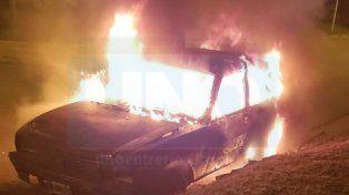 ¿Quemacoches? Un auto estacionado fue consumido por las llamas en la madrugada de este jueves