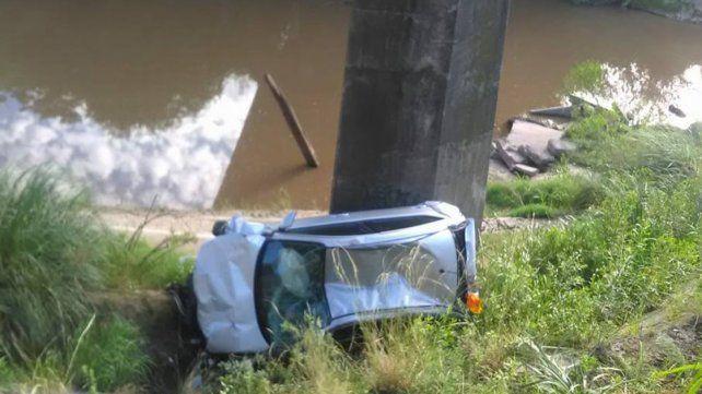 Un auto cayó al vacío en el puente blanco de la ruta provincial 131