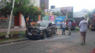 Pudo haber sido una tragedia: camión hormigonero destrozó un auto