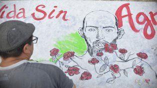 El rostro de Fabián Tomasi inmortalizado en una bandera que pintaron en la plaza Mansilla.
