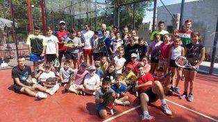 Hay equipo. Un gran número de jugadores integran las escuelitas de padel que funcionan en la capital de Paraná.