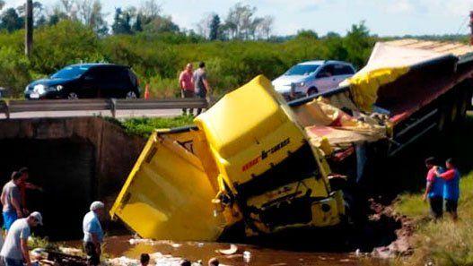 Volcó un camión con 6000 botellas de cerveza: la carga cayó a un arroyo