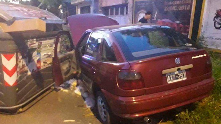 Conductor destrozó su auto al chocarlo contra un contenedor de basura