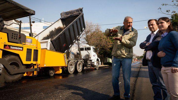Obras. El intendente Varisco (junto a su hija) recorre diariamente las obras y controla el avance de las mismas.