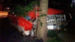 Bajada Grande: Conductor perdió el control del vehículo y se estrelló contra un árbol