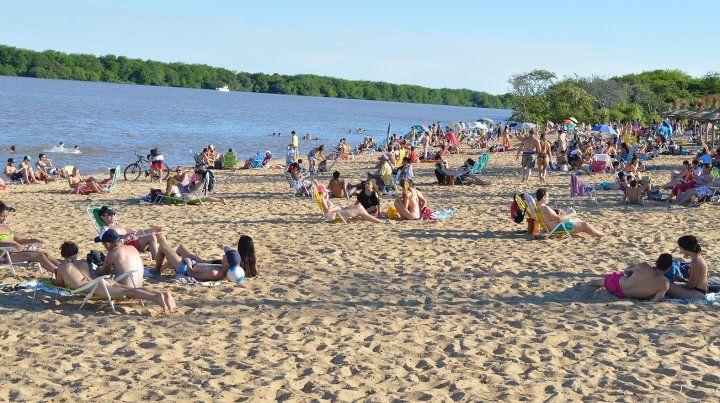 Banco Pelay. El verano ya se disfruta a pleno sobre la costa del río Uruguay.