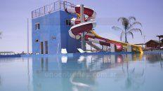 El lugar cuenta con un increíble parque acuático, piletas para grandes y chicos.