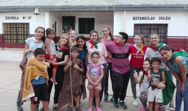 Brindar el corazón. Adolescentes de Cerrito están visitando a niños de Puerto Curtiembre.