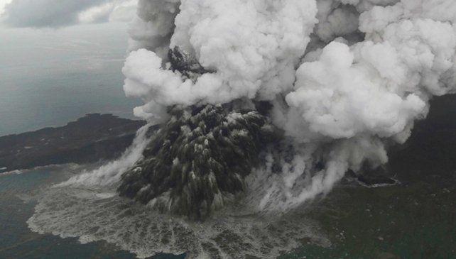 Toma aérea de la erupción del volcán Anak Krakatoa