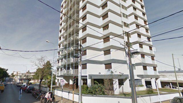 El edificio está ubicado en la esquina de Sarmiento y Urdinarrain.