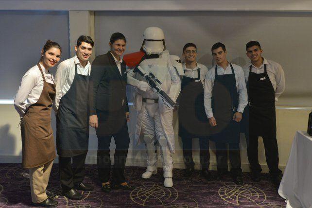 Requerido. Hasta el personal del hotel pidió una foto con el legionario.