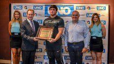 Nazareno Sasia. Recibió el premio de manos del Gobernador, Gustavo Bordet y el Gerente General de UNO, Alejandro Cartasso.