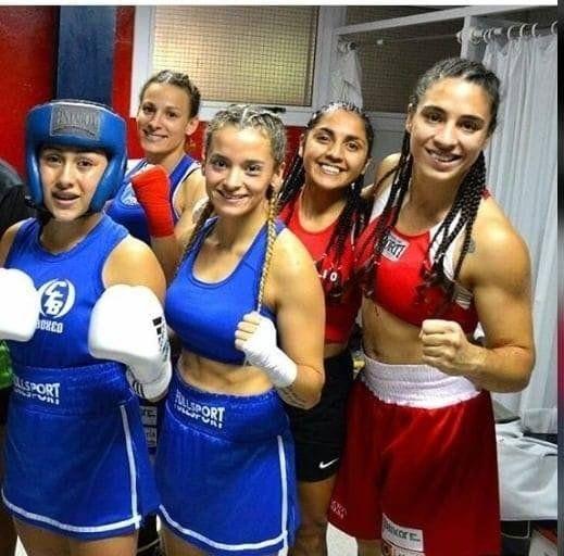 Yazmín a la derecha con las boxeadoras del equipo argentino.