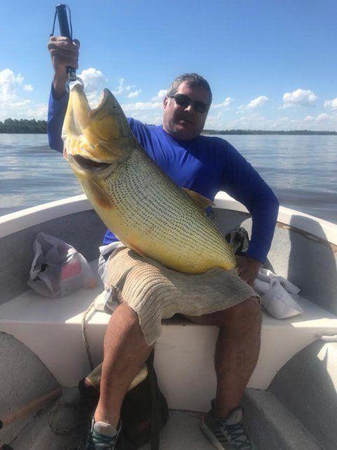 El pescador devolvió el dorado al río en Concordia.