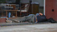 Una de las tantas personas que vive en las callas de Paraná sin los derechos básicos.