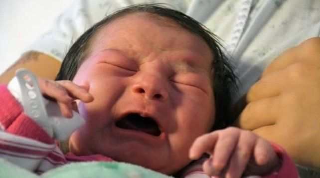Por cesárea. Paz Leonela Figueroa nació en Rosario por cesárea.
