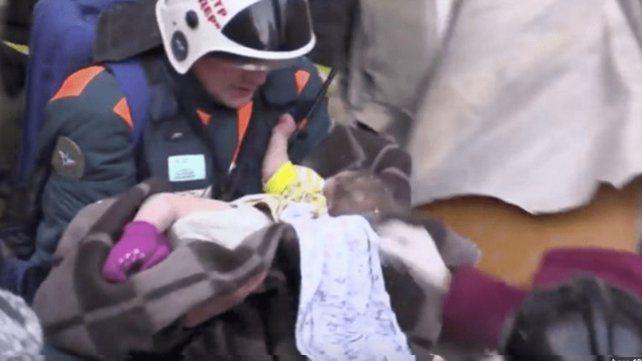 Rescatan vivo a bebé de 10 meses tras 35 horas bajo escombros del edificio colapsado