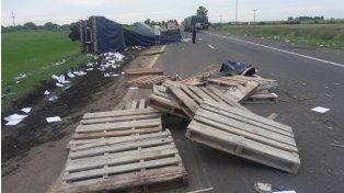 Violento choque y vuelco de camiones en la ruta nacional 14