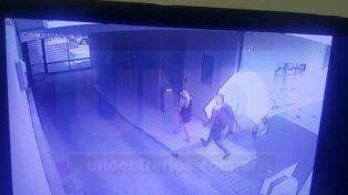 En plena acción. La víctima está por ser abordada por el delincuente. Foto: Javier Aragón