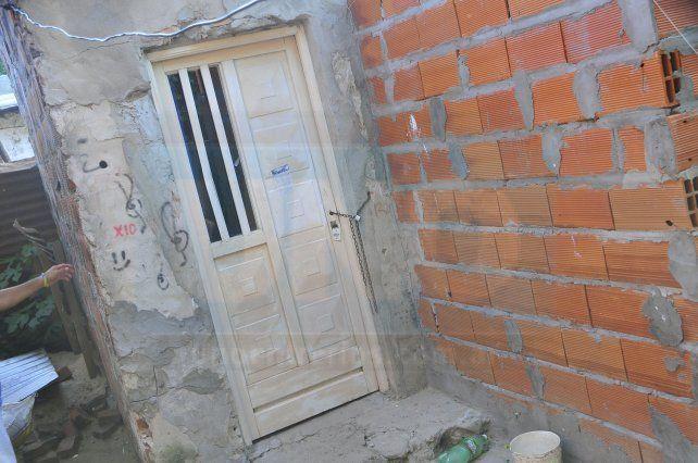 Ataque. Cuando la mujer llegó de la iglesia encontró al hombre dentro de la casa. Poco después la sacó arrastrando por la puerta y la apuñaló afuera.