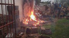 Fuego, fuego. El incendio se descontroló en el fondo de la verdulería.