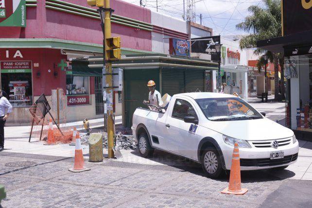 Estacionaron la camioneta sobre la peatonal para cargar los escombros