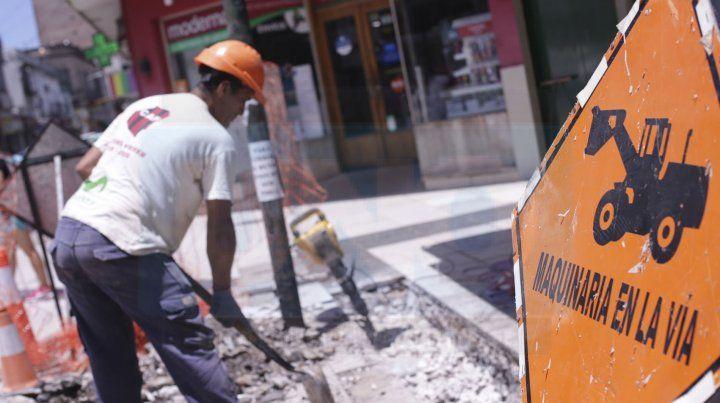 Están buscando los caños que cruzan la peatonal San Martín