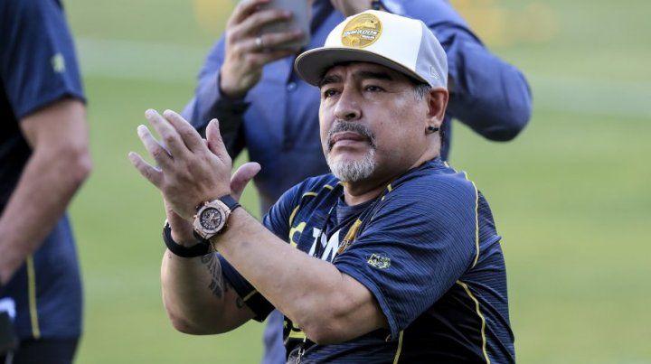 Alfaro quiere que Maradona charle con el plantel