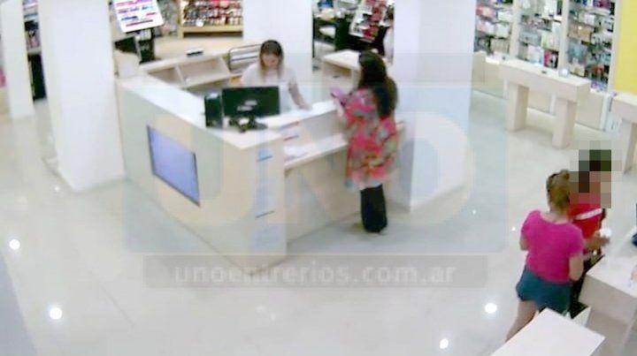 Rapidez. Con un movimiento sencillo tomaron las cajas con perfumes costosos.