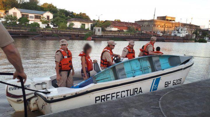 Prefectura rescató a tres jóvenes cuya embarcación se dio vuelta en el río Paraná