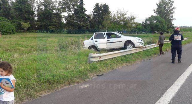 Un auto chocó con una ambulancia y terminó sobre el guardarraíl