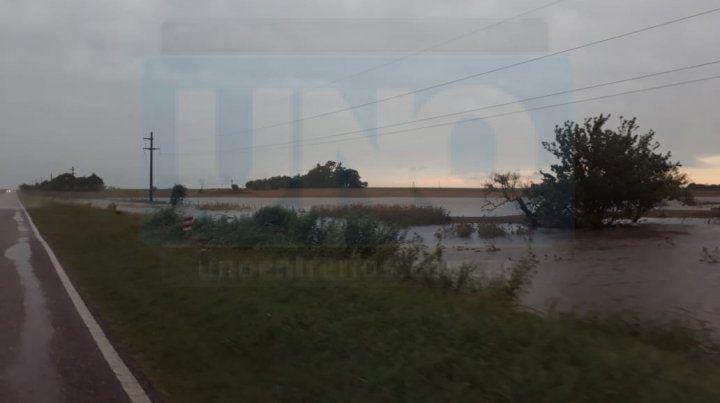 Por el temporal hay inundados en la provincia y varios cortes de rutas