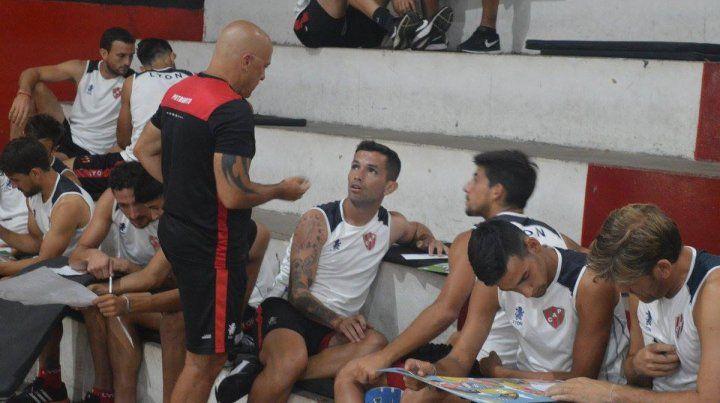 Diferente. Carabajal y Briñone dialogan con Marcial Pérez.