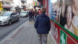 La mujer sacó la campera para caminar por el centro de Paraná.