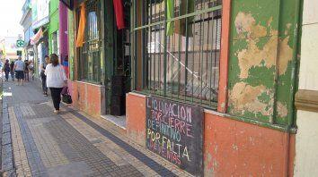 un signo de epoca: locales desocupados a lo largo de calle gualeguaychu