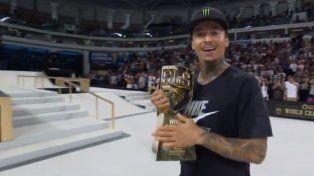 Nyjah Huston recibe su tercera copa del mundo.