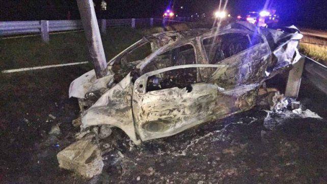 Voraz. Las llamas se encendieron en el acto tras el choque y las tres víctimas quedaron carbonizadas.